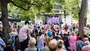 Lasten puiston tapahtuman yleisöä