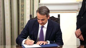 Kreikan uusi pääministeri Kyriakos Mitsotakis allekirjoitti asiapapereita vannottuaan valansa 8. heinäkuuta.