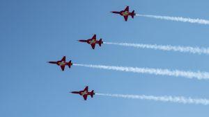 Sveitsin armeijan F5-hävittäjiä taivaalla. (arkistokuva)