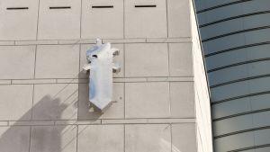 Poliisin logo keskusrikospoliisin seinässä.