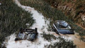 Autoja kelluu äyräiden yli tulvineella Cidaco-joella  Tafallan kaupungissa.