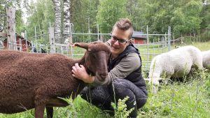 Metsähallituksen lammaspaimen Johanna Saaristo ja Lempi-lammas.