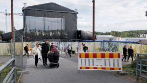 Suomipop-festivaalin esiintymislava ja aitauksia Jyväskylän Lutakonaukiolla.