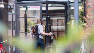Opiskelija Aalto-yliopiston ovella.