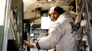 Astronautti avaruusmoduulia jäljittelevässä simulaatiolaitteessa.