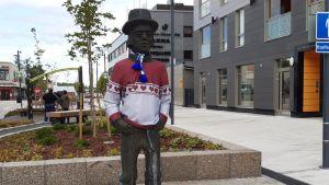 Jussi-patsas puettiin kesällä 2019 jussipaitaan Seinäjoella