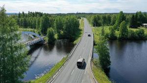 Autoja ajaa Rovaniemellä.