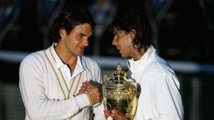 Roger Federer onnitteli Wimbledon-voittaja Rafael Nadalia 6.7.2008.