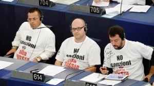 """Italialaisen Lega-puolueen edustajat pitivät europarlamentissa paitaa, jossa oli teksti: """"Ei pakotteita Venäjälle""""."""