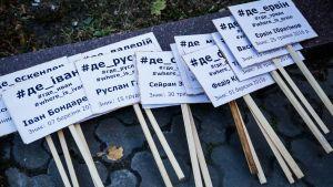 Aktivistien mielenosoitusplakaatteja, joissa kaivataan Krimin kadonneita tataareja vuonna 2016.