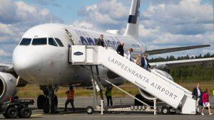 Eu-suurlähettiläitä saapumassa Lappeenrannan lentokentälle