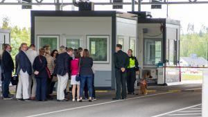 eu-suurlähettiläät tutustumassa Nuijamaan raja-asemaan