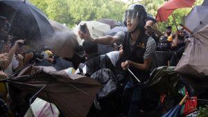 Poliisi käytti pippurisumutetta mielensoittajiin Sheung Shuin alueella Hongkongissa 13. heinäkuuta.