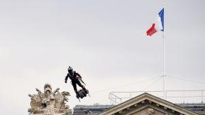 Franky Zapata esittelee yhtiönsä lentolaitetta Ranskan kansallispäivän paraatissa Pariisissa.