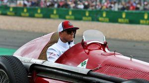 Kimi Räikkönen pääsi ajamaan Silverstonen paraatissa vuoden 1950 voittoautoa.