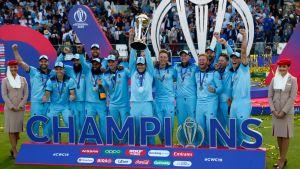 Englannin voittoisa krikettijoukkue kuvassa