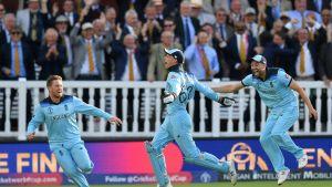 Englannin krikettijoukkue juhlii MM-finaalissa