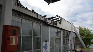 Palon syttymissyystä ei ole vielä varmaa tietoa. Jälkisammutusta jatketaan maanantaina aamupäivällä.
