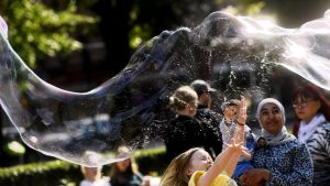 Iloa jättimäisistä saippuakuplista Esplanadin puistossa Helsingissä.