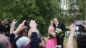 Tangokuningatar Pirita Niemenmaa ja tangokuningas Johannes Vatjus lauantain finaalin jälkeen.