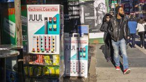 Juul-mainoksia kadulla.