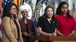 Rashida Tlaib (vas.), Ilhan Omar, Alexandria Ocasio-Cortez ja Ayanna Pressley tiedotustilaisuudessa.