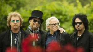 Toton muusikot seisovat puiston edessä.