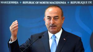 Turkin ulkoministeri Meclüt Cavusoglu lehdistötilaisuudessa Skopjessa, Pohjois-Makedoniassa.