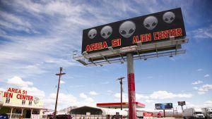 Kyltti jossa lukee Area 51 Alien center