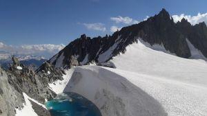 3 400 metrin korkeudessa, kahden vuoren notkelmassa lumipeite oli muuttunut liplattavaksi vedeksi.