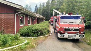 Rivitalon päätyhuoneisto tuhoutui tulipalossa
