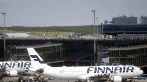 Finnairin matkustajakoneita Helsinki-Vantaan lentoasemalla Vantaalla