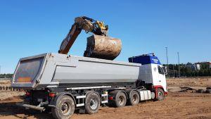 Kaivinkone ja kuorma-auto