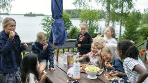 Lapsia syömässä.