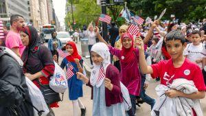 Lapset osallistuvat Yhdysvaltain lippupäivän paraatiin New Yorkissa.