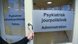 Psykiatrian päivystyspoliklinikan avaytuva ovi.
