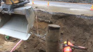 Rautalammin keskustassa esiin kaivettu vesijohto.