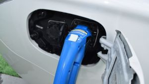 Ladattavan hybridin lataus käynnissä kaupan pihan latauspisteessä.