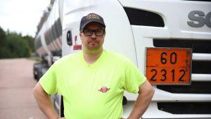Ammattikuljettaja Jani Korpela rekka-auton edessä.