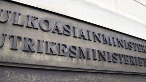 Ulkoasiainministeriö-kyltti ulkoministeriön Merikasarmin rakennuksessa Helsingissä.