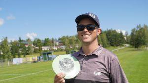 Frisbeegolfin maailmanmestari, yhdysvaltalainen Gregg Barsby esittelee nimikkokiekkoaan