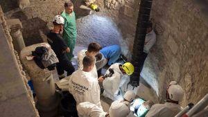 Rikospaikkatutkijat tutkivat lauantaina prinsessa Sophien haudasta löydettyä, maan alla sijaitsevaa tyhjää huonetta.