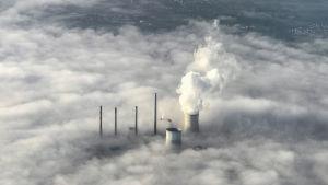 Höyryä tulee jäähdytyspiipuista hiilivoimalasta