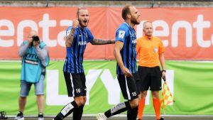 Niko Markkula ja Timo Furuholm juhlivat Interin maalia kesäkuun VPS-ottelussa.
