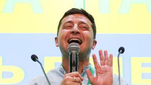 Presidentti Volodymyr Zelensky puhuu medialle parlamenttivaalien alustavien tulosten tultua julki 21. heinäkuuta.