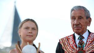 Toisen maailmansodan veteraani Charles Norman poseeraa kuvassa Freedom-palkinnon saaneen ilmastoaktivisti Greta Thunbergin kanssa.