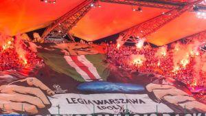Legia Varsovan kannattajien lakana Mestarien liigan ottelussa vuonna 2016.