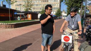 Yu Guo Easybikelta ja Ari Varonen Joensuun kaupungilta.