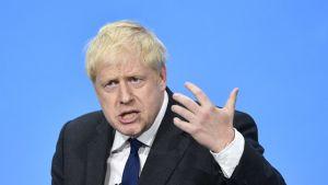 Boris Johnson pitämässä puhetta.