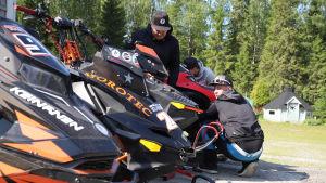 Pekka Planting ja kaverit korjaavat moottorikelkkoja